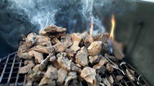 Trozos de astillas de olivo combustionando