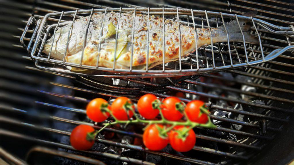 Con las diferentes variedades de astillas como las de naranjo, olivo y quebracho enriquecerás tus platos con aromas naturales.
