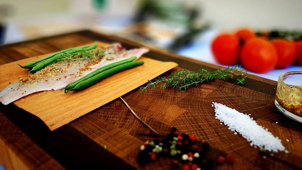 Con las diferentes variedades de laminas de árbol de haya y roble enriquecerás tus platos con aromas naturales.