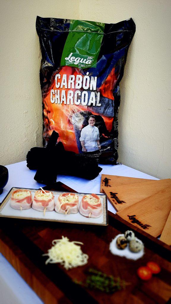 El aroma a madera es la perfecta combinación para tus brasas con el carbón de quebracho de 10kg.