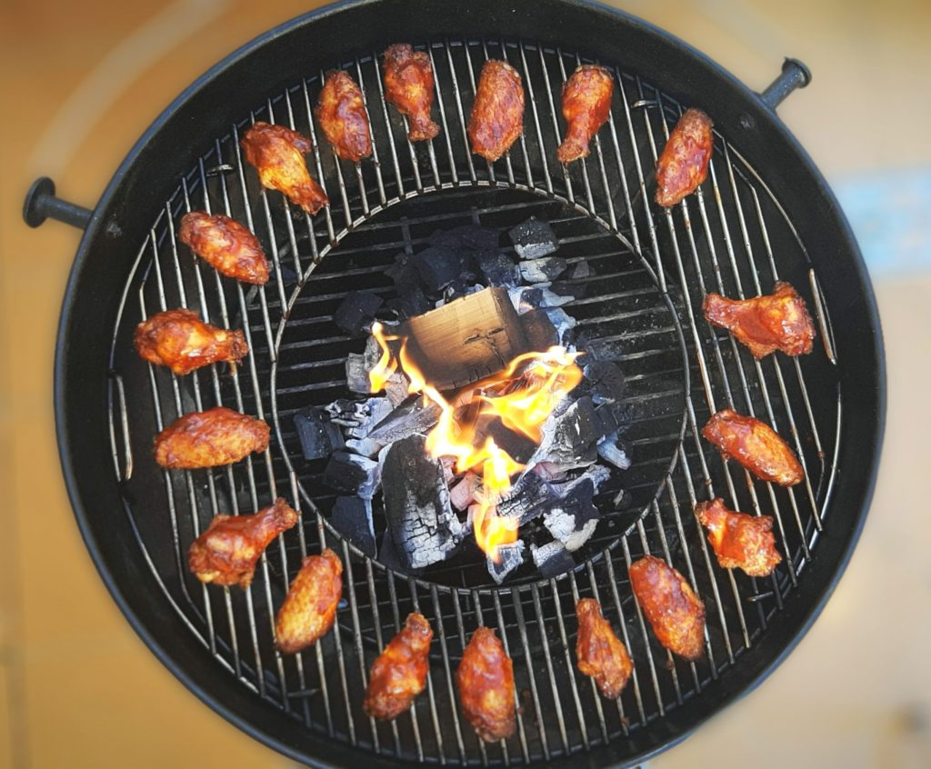 Cocinando con carbón de quebracho y chunks de naranjo de Legua