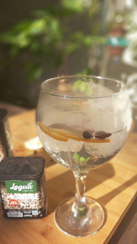 gin-tonic ahumado con productos de Legua.